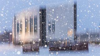 Rovaniemen kaupungintalo lumisateessa. Kuvattu salamalla ja ICM-tekniikalla