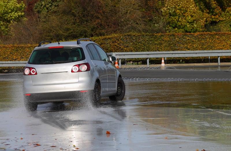 Verkehrsuebungsplatz-Auto-nasse-Fahrbahn-123fahrschule.jpeg
