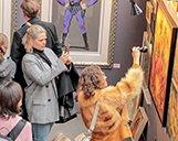 Innenaufnahme von Besuchern der STROKE Art Fair in München