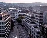 Drohnenaufnahme des Ex-Allianz Gebäudes in Zürich im Sonnenuntergang