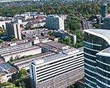 Luftaufnahme der Skyline von Düsseldorf mit Fokus auf das Sky Office