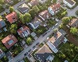 Luftaufnahme einer Straße mit mehreren Wohnimmobilien