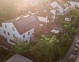 Luftaufname einer Wohnimmobilie mit Vorgarten und Straße