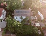 Luftaufnahme eines großen Einfamilienhauses mit Terrasse und Garten