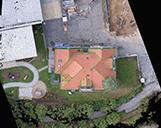 Drohnenaufnahme eines Hauses mit Dachaufmaß