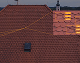 Detailanalyse von mehreren Dachschäden an einem Hausdach mit Darstellung von mehreren gebrochenen Ziegeln