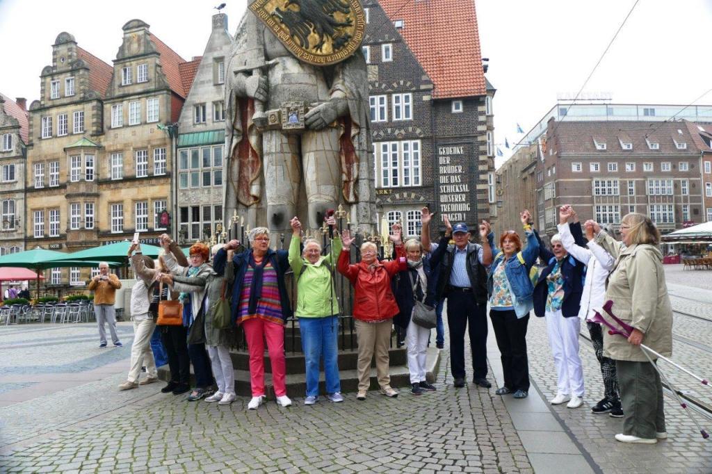 Lustige Gruppe vor dem Roland (2)