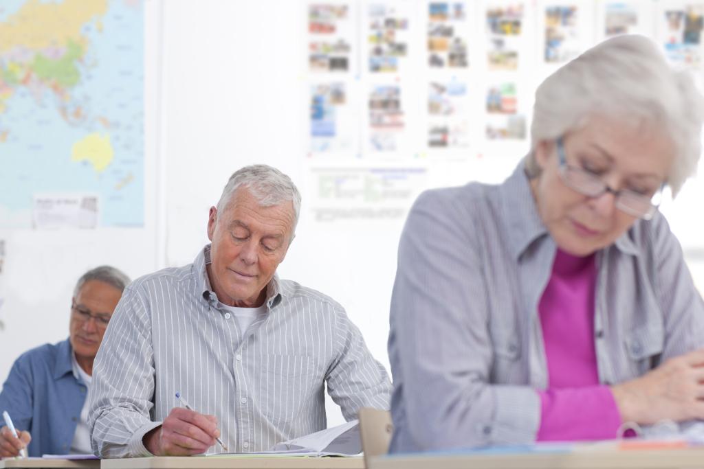 ältere Menschen in einer Testsituation