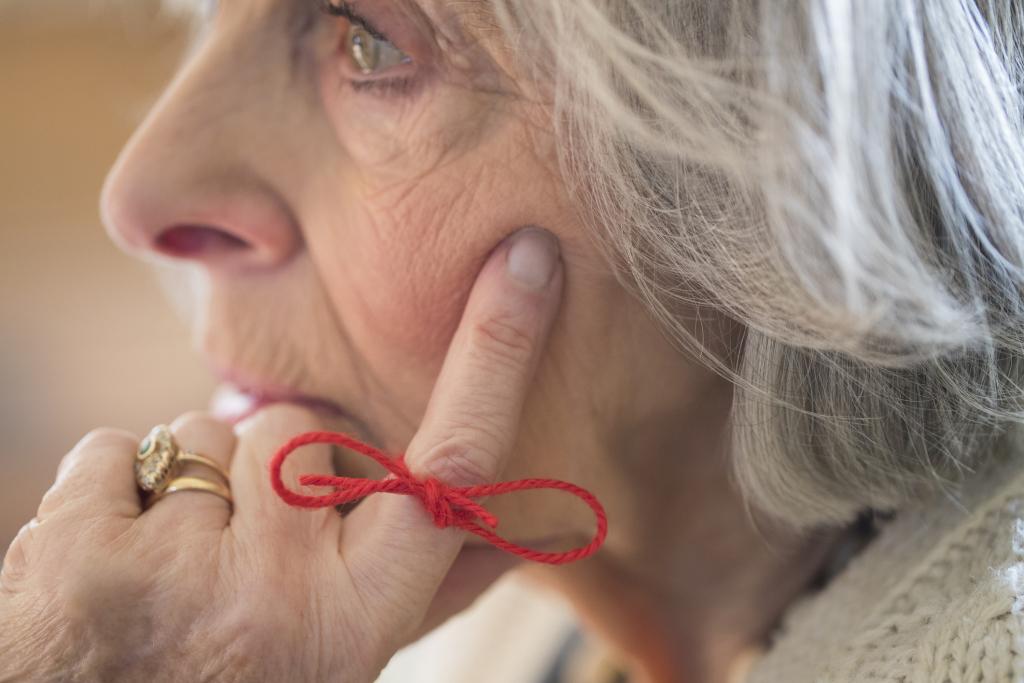 Frau mit Erinnerung am Finger