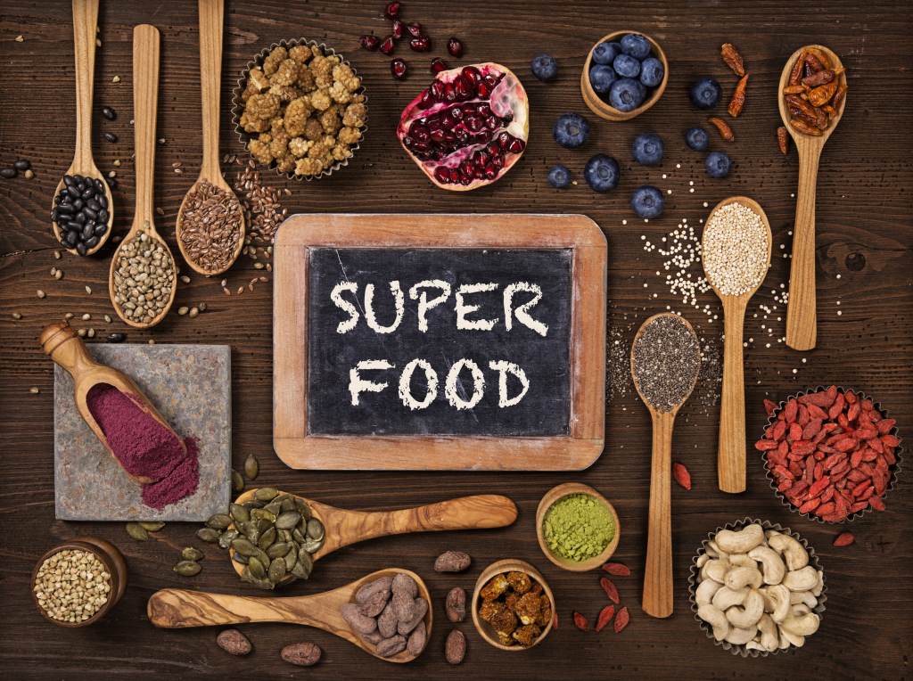 Superfood auf Holzlöffeln