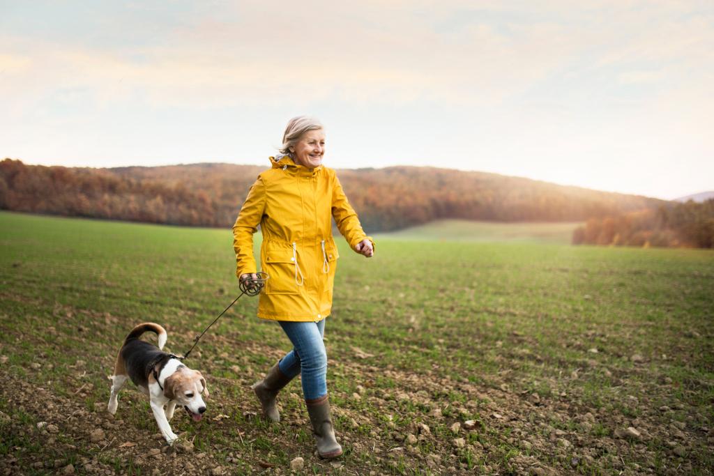 Frau draußen mit Hund an der Leine