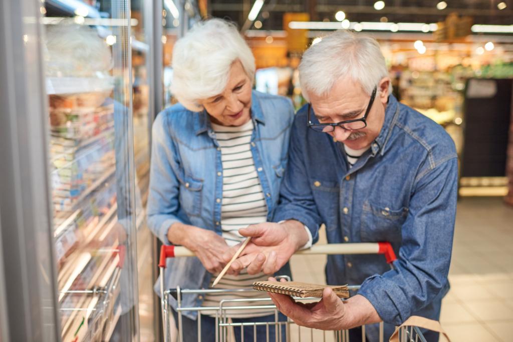 Paar im Supermarkt kontrolliert Einkaufszettel