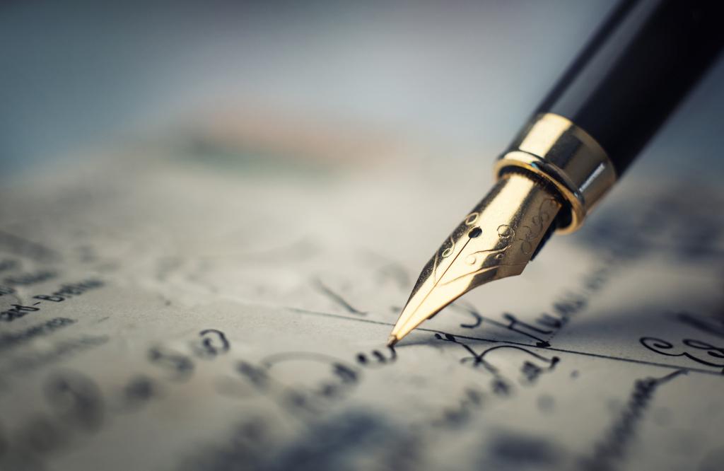 Alter Füllfederhalter schreibt auf Papier