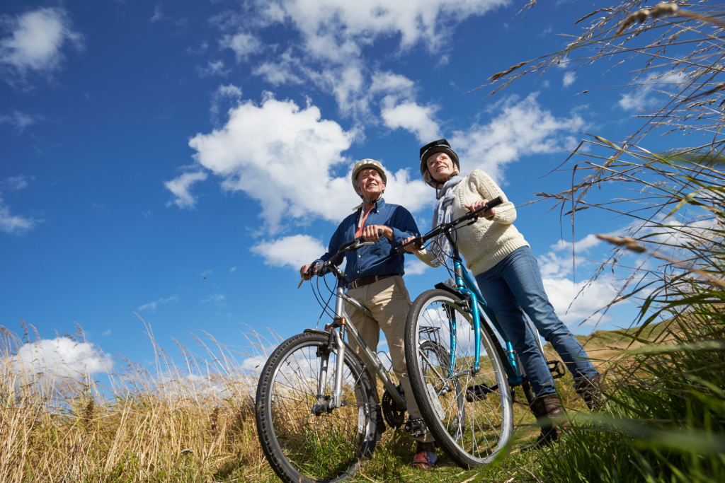 Paar in der Natur beim Fahrrad fahren