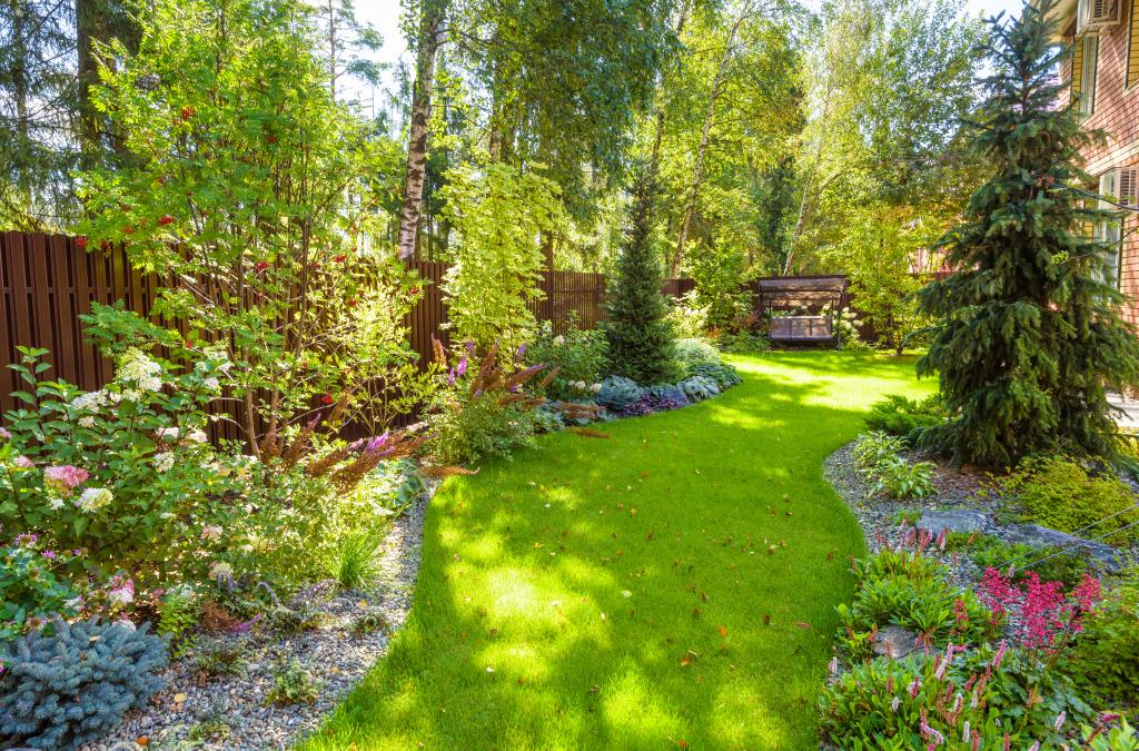 Hausgarten mit Beeten und Bäumen