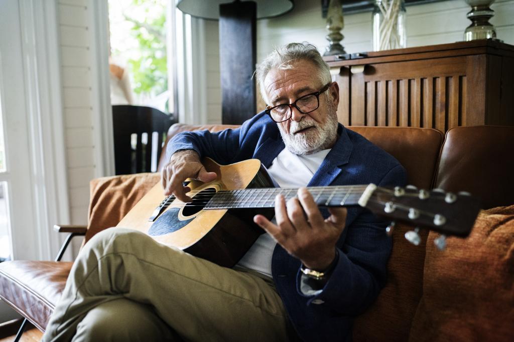 Mann beim Gitarre spielen