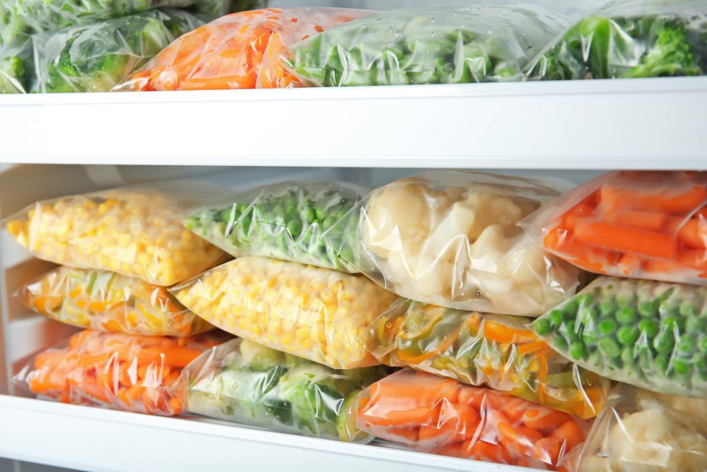 Eingefrorenes Gemüse im Tiefkühlfach