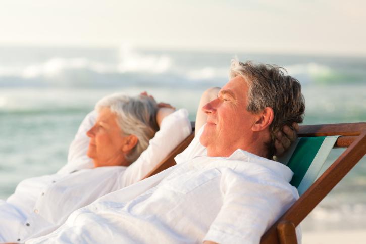 Paar im Liegestuhl am Strand