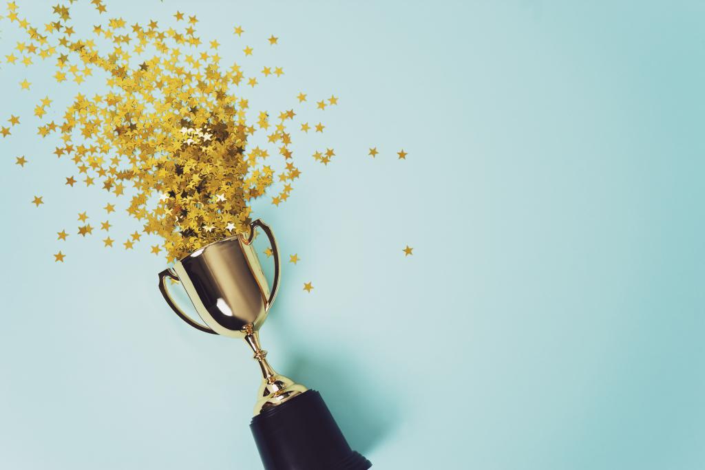Goldpokal, aus dem Goldkonfetti kommt