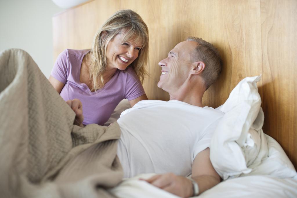 fröhliches Paar gemeinsam im Bett