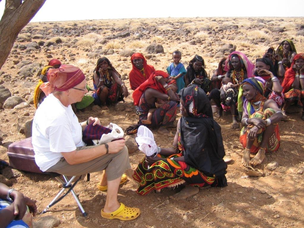 Roswitha Märkle, Hebamme gibt Geburtshilfekurse in Afrika