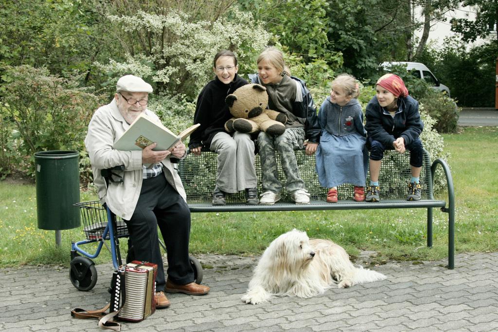 Barbara Warner, Emil liest Kindern vor