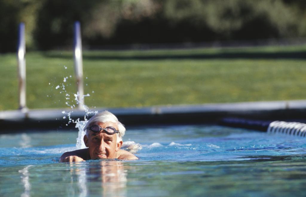Mann beim Schwimmen im Freibad