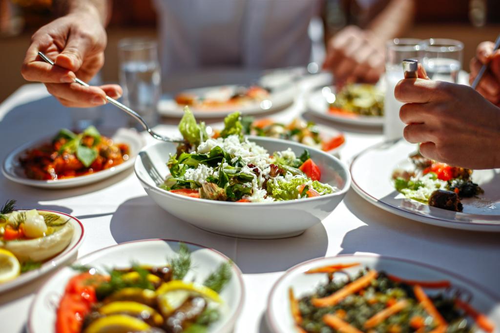 gesundes Mittagessen mit Salaten und Gemüse