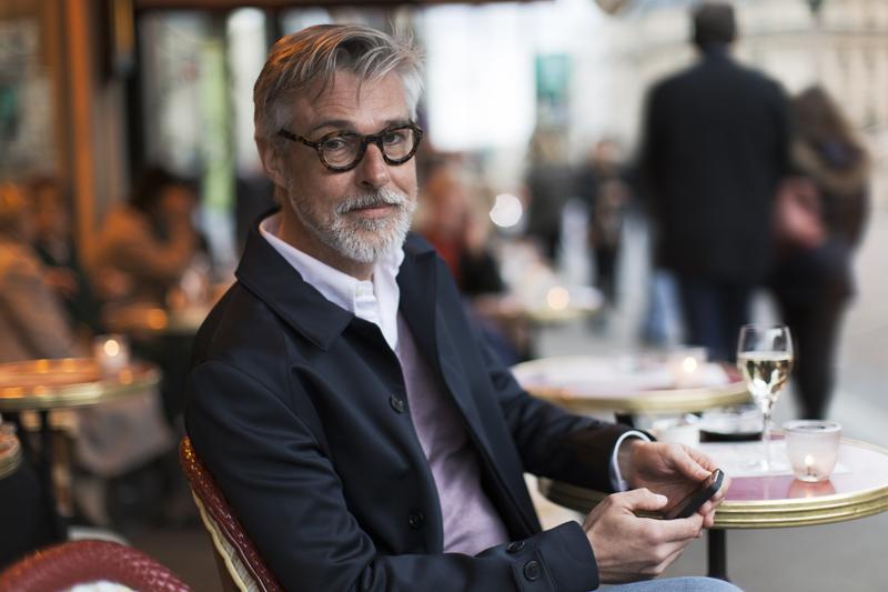 Mann sitzt in Cafe