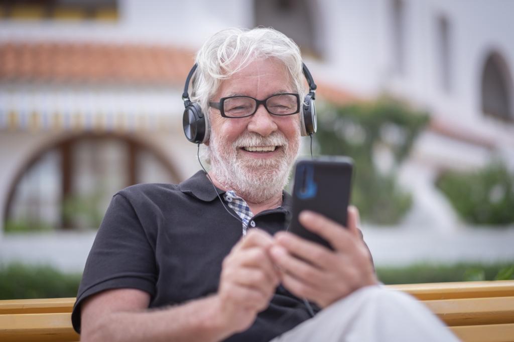 Senior mit Smartphone im Chat
