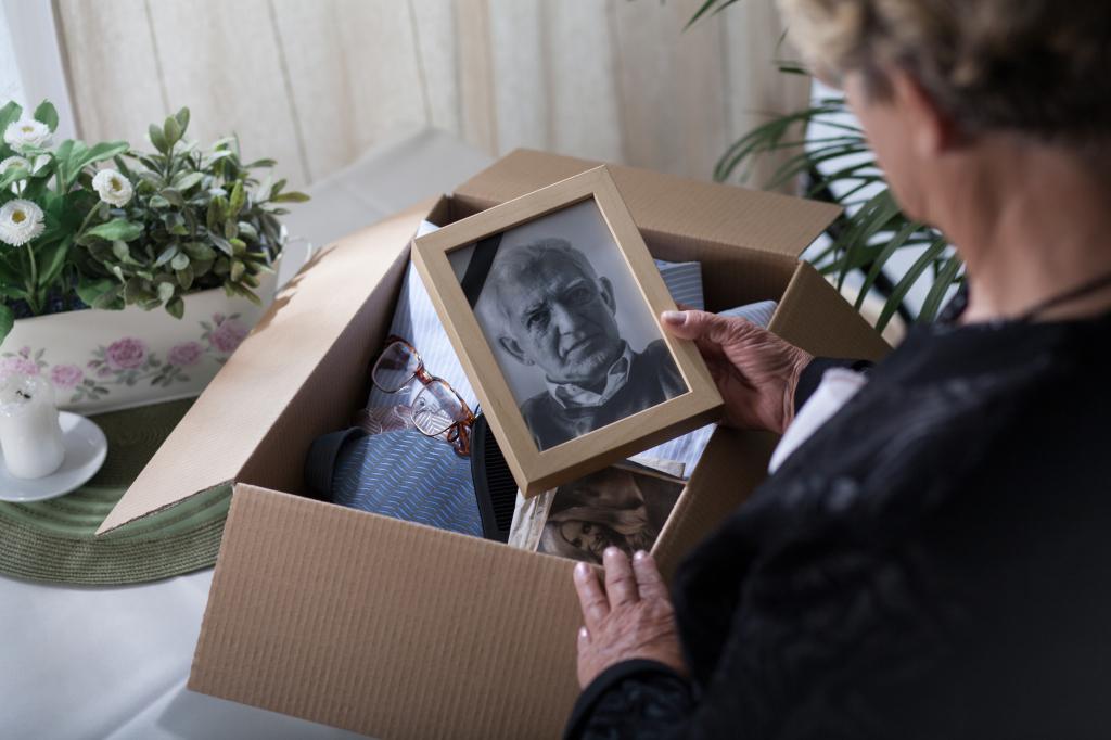 eine Frau hält das Bild eines Mannes in der Hand