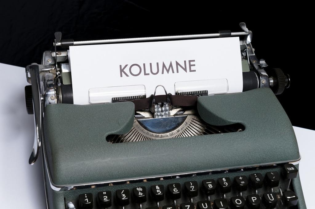 Schreibmaschine mit einem Zettel, auf dem
