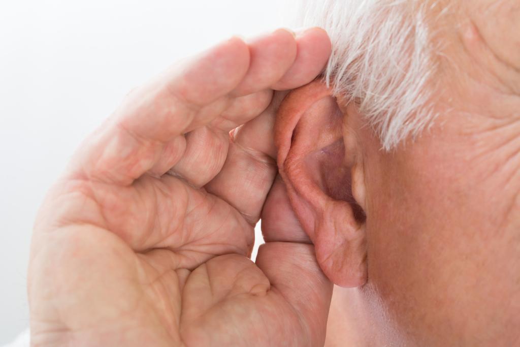 Hand hinter dem Ohr