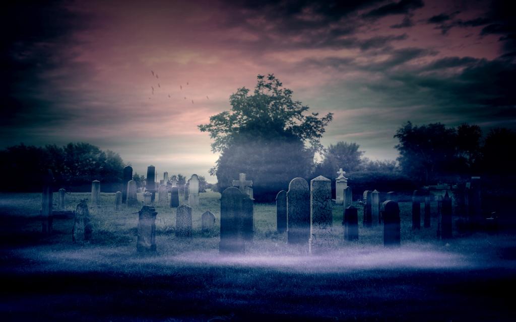 Gruseliger Friedhof bei Nacht