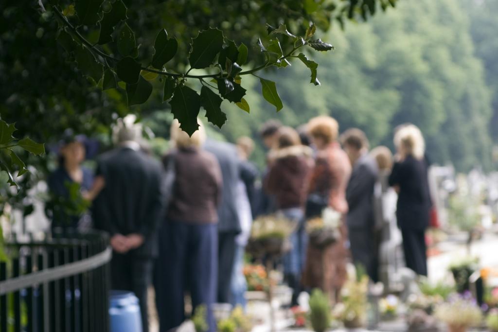 Personen auf einem Friedhof