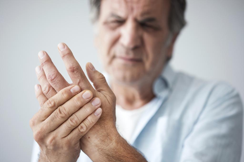 Mann mit Fingerschmerzen