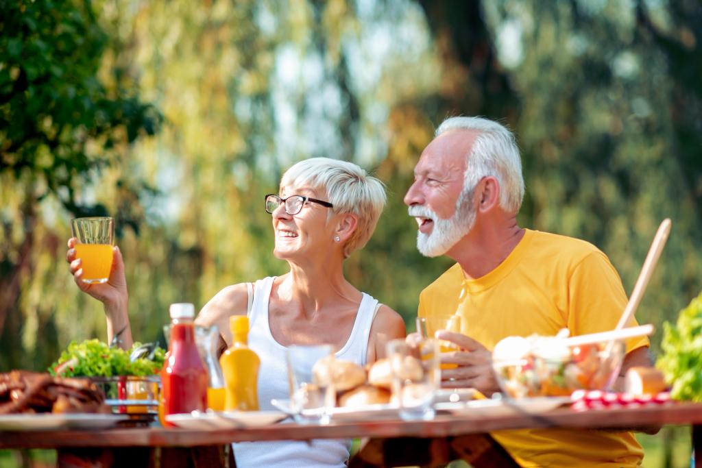 Paar am Tisch im Freien
