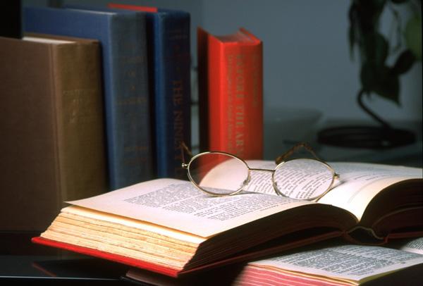 Aufgeschlagenes Buch auf dem Tis