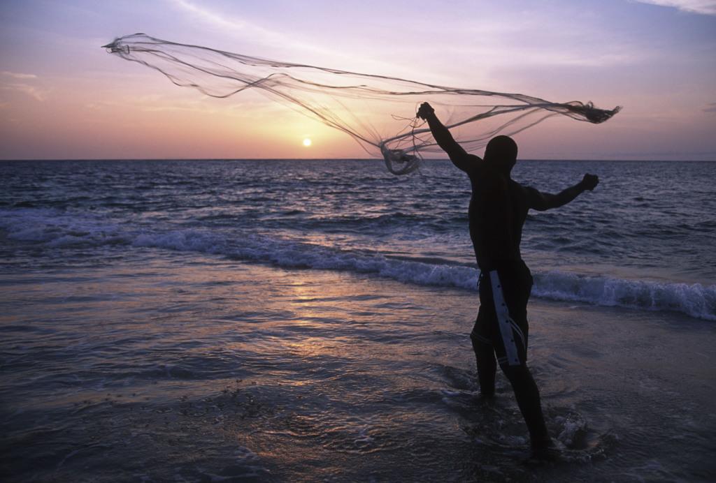 Fischer, der ein Netz auswirft