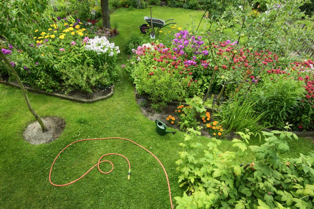 Garten mit Blumenbeet