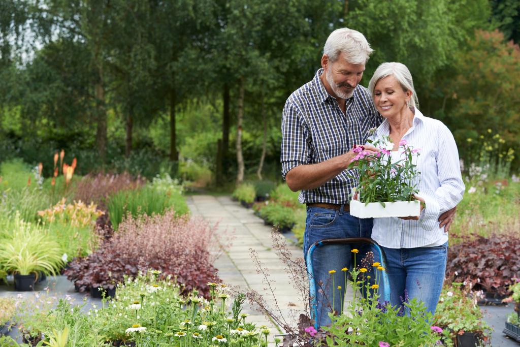 Mann und Frau im Garten