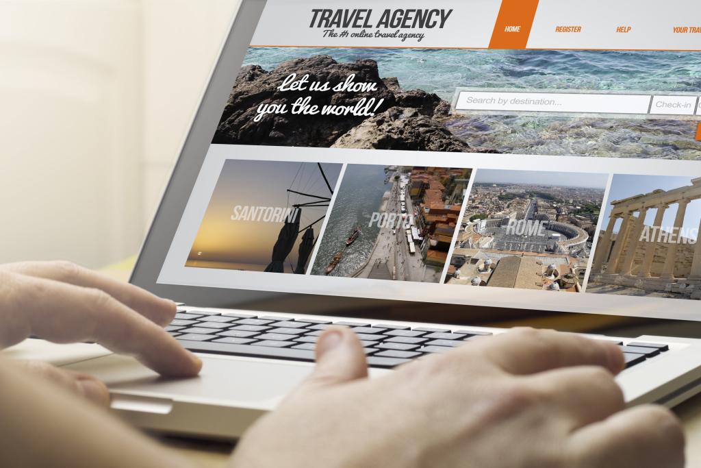 Reisewebsite auf einem Laptop