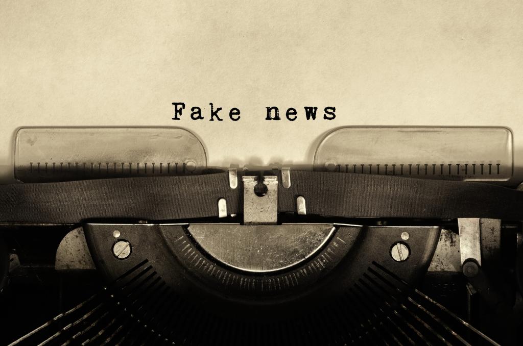 Schreibmaschine, die den Schriftzug Fake-News schreibt