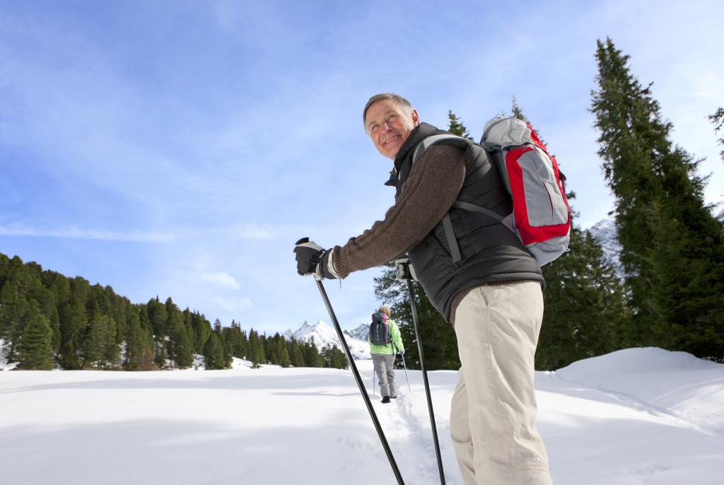 Seniorpaar beim Wandern im Schnee