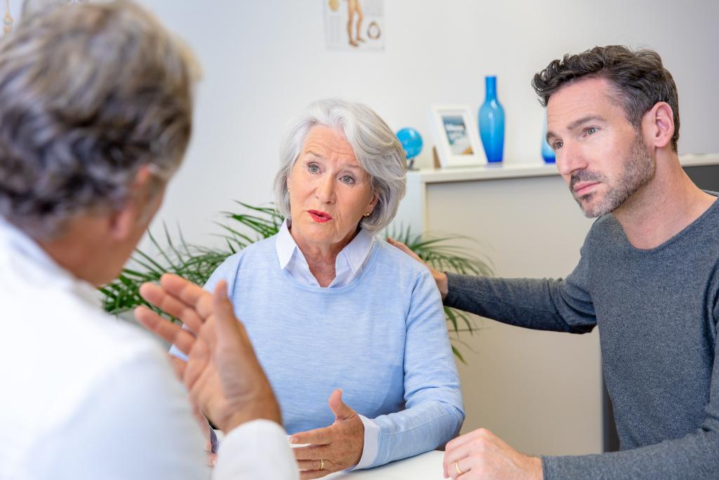 Arztgespräch Seniorin und Sohn