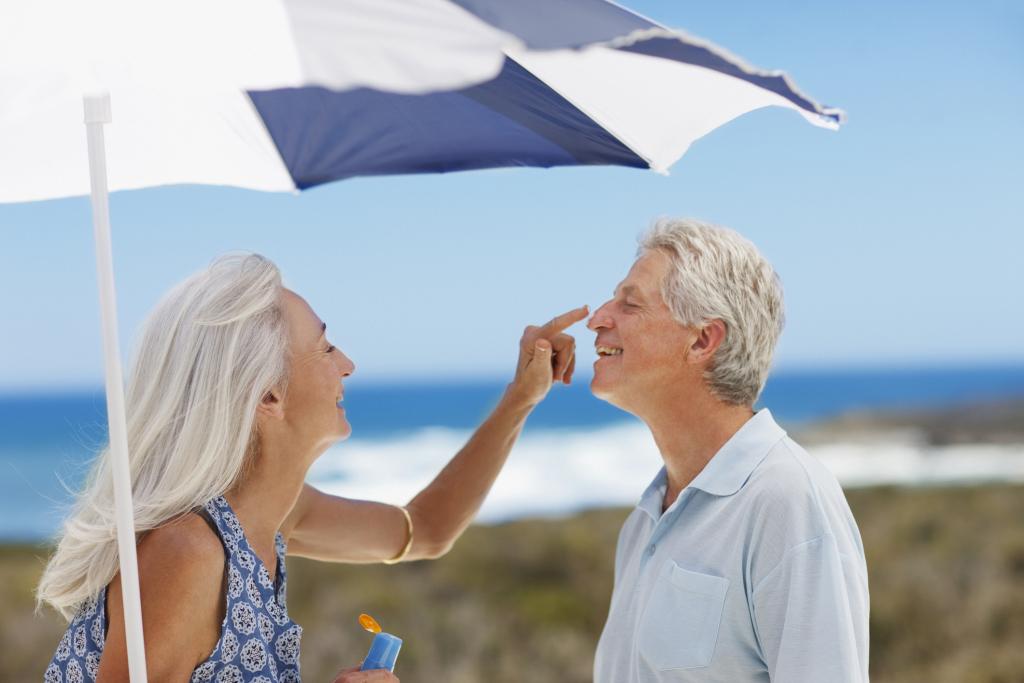 Paar am Strand mit Sonnenschirm
