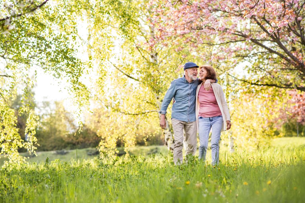 Paar beim Spazieren in der Natur