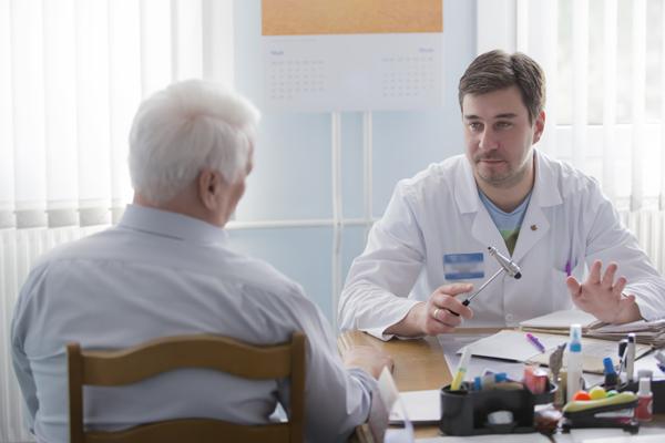Arzt spricht mit Patient