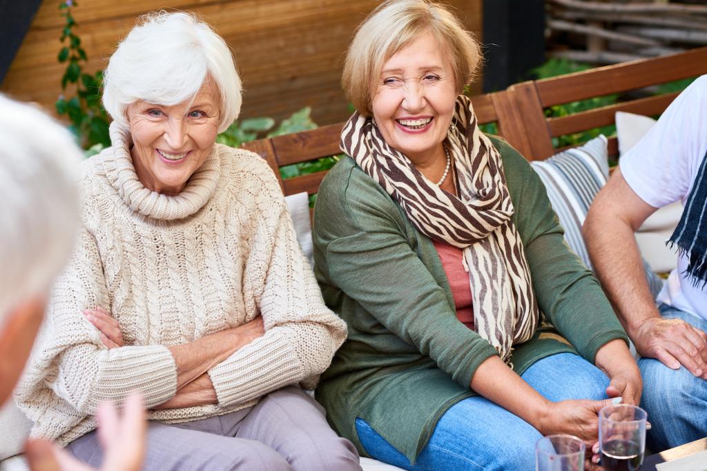 zwei Frauen hören zu