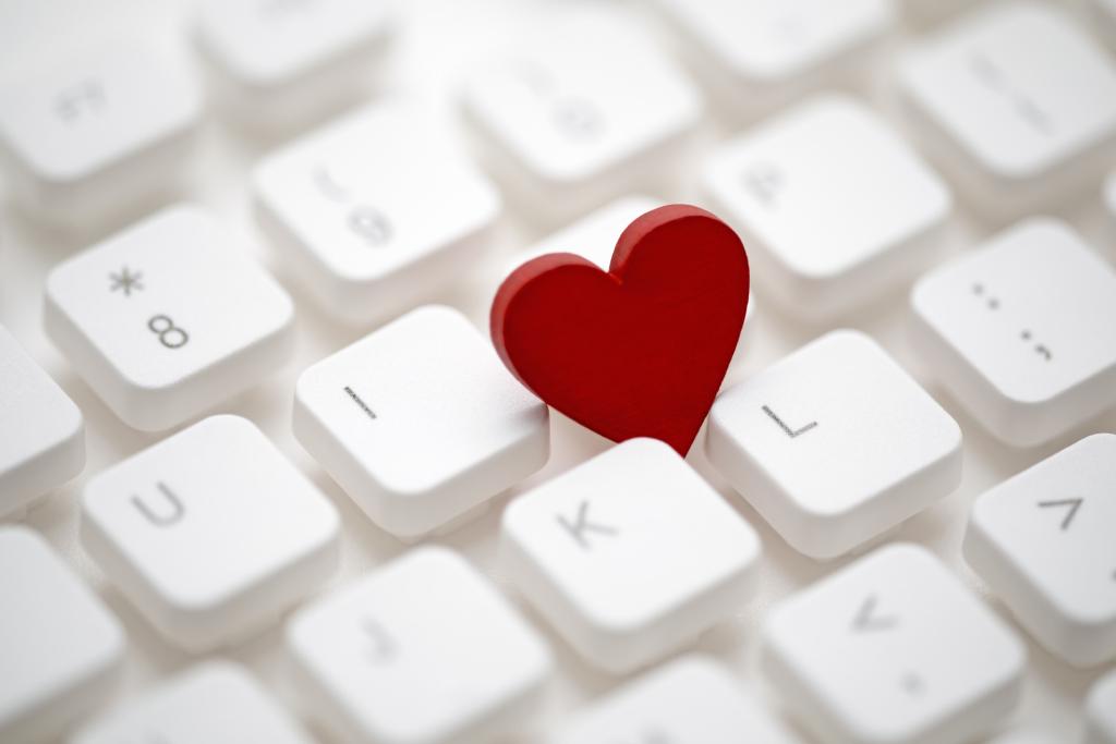 Rotes Herz auf Computertastatur